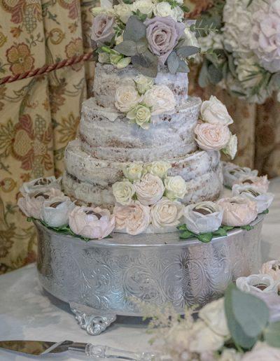 tudor-barn-cake-flowers